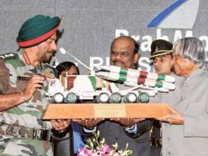 Dr Abdul Kalam hands over a replica of the Brahmos missile to Indian Armychief J.J. Singh